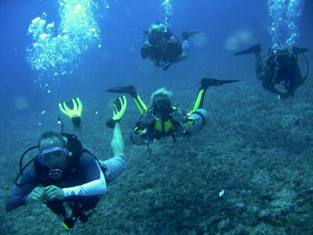 Group of friends learn to scuba dive in Thailand photo credit to Emmy Ahlen