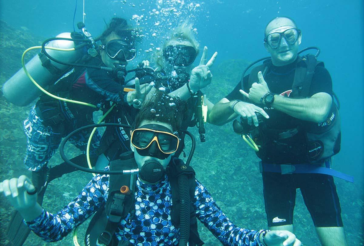 Family learn to scuba dive in Thailand photo credit to Alex