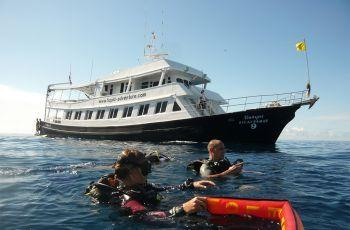 scuba-diving-boat-and-divers